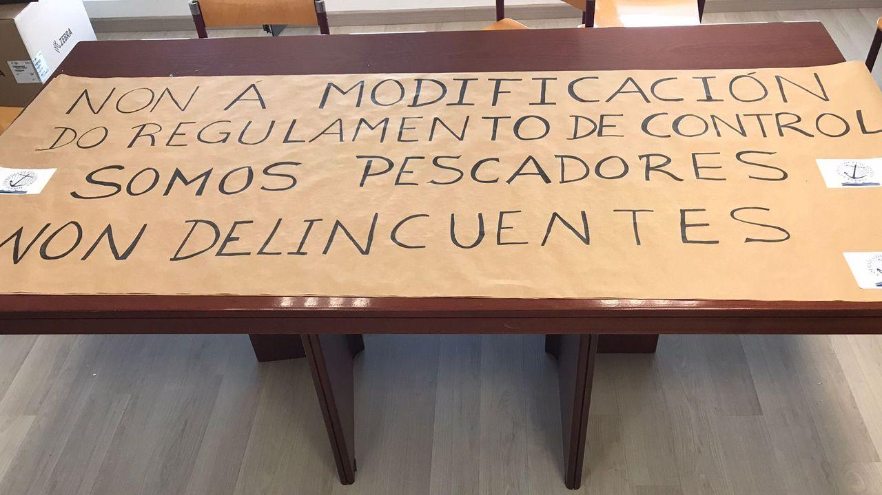 Pancarta en la cofradía de Ferrol contra el reglamento de control pesquero
