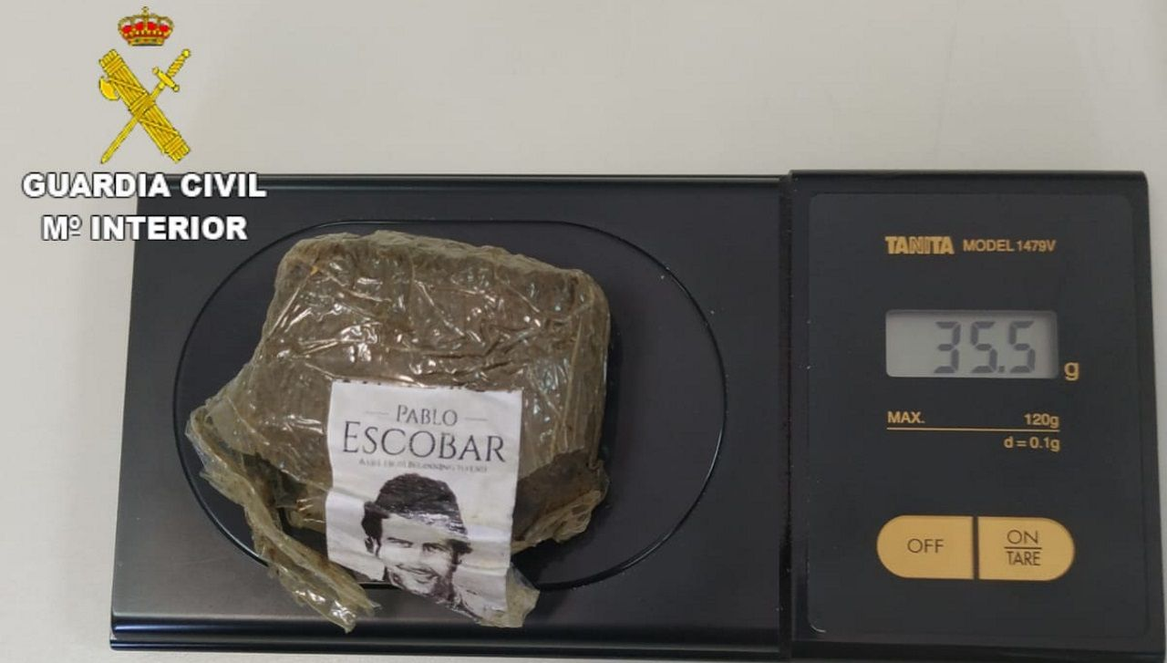 Imagen de la droga incautada en Arteixo por la Guardia Civil marcada con una imagen del capo Pablo Escobar
