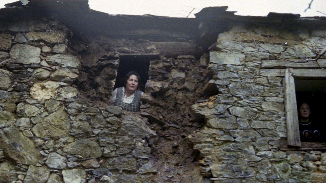Daños en una vivienda en Becerreá, tras un terremoto a mediados de los noventa
