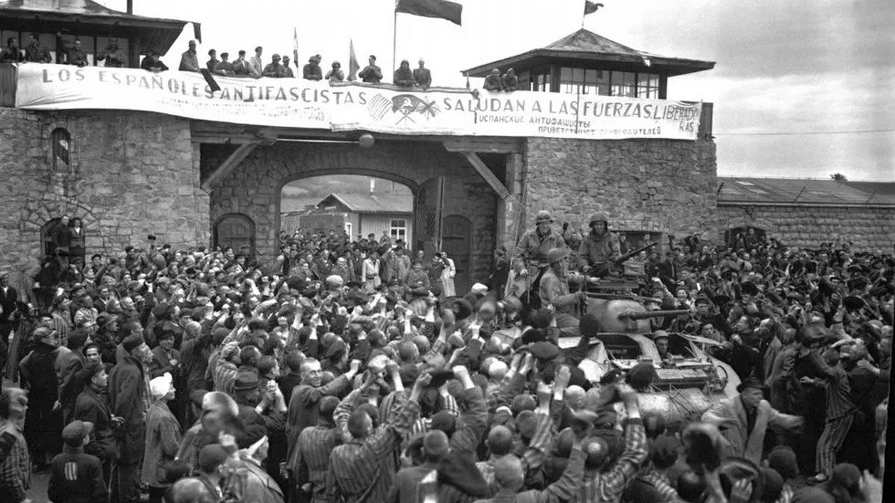 Pancarta de prisioneros españoles a las puertas del campo de concentración de Mauthausen