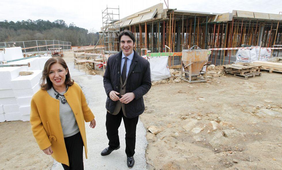 Beatriz Mato y el alcalde Santiago Amor visitaron las obras del centro en Bertamiráns.