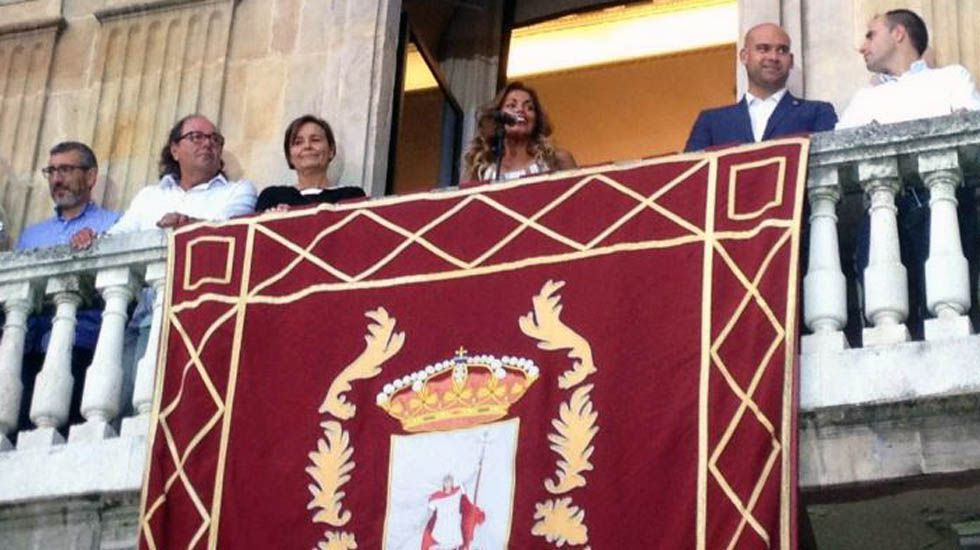 Lara Álvarez lee el pregón de la Semana Grande, en el balcón del Ayuntamiento de Gijón.Lara Álvarez lee el pregón de la Semana Grande, en el balcón del Ayuntamiento de Gijón