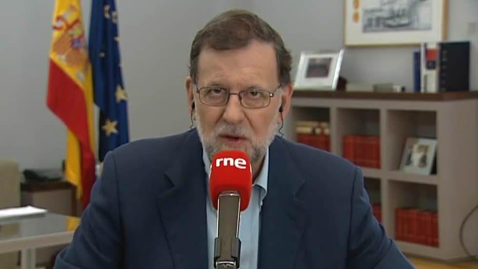 Rajoy: «Gibraltar sigue siendo español, gane o pierda el Brexit».Un activista a favor de la permanencia en la UE reparte publicidad en Londres