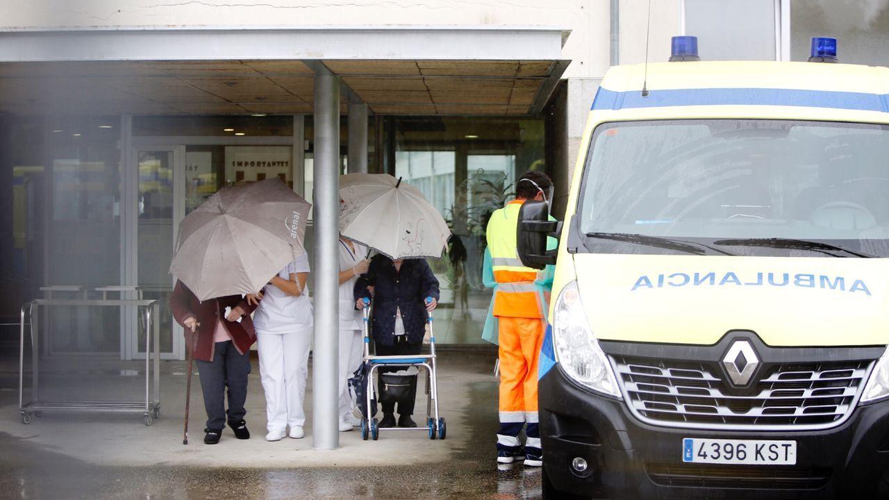 Concentración en el hospital Provincial en defensa de la Sanidad Pública.Mayores negativos en coronavirus son trasladados de la residencia DomusVi Barreiro, en Vigo