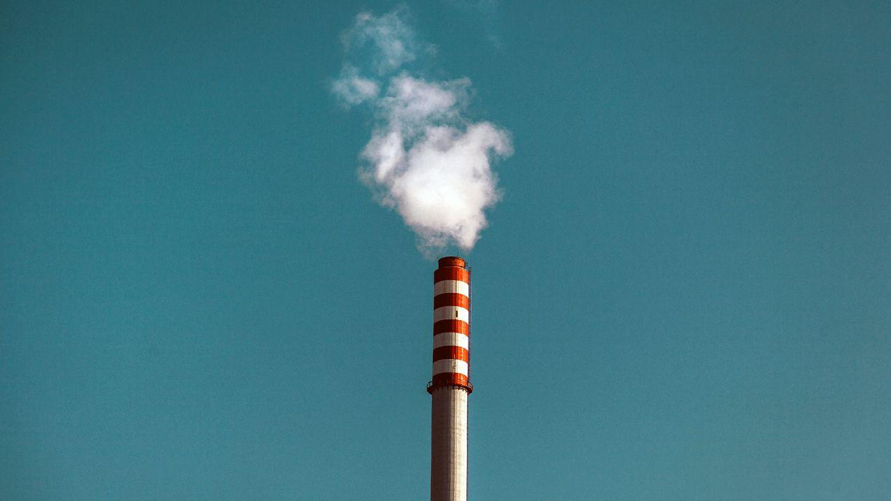 Una chimenea industrial