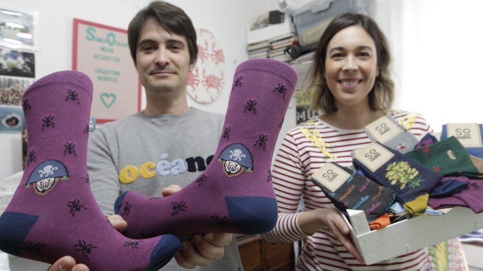 El alcalde de A Arnoia visita a los vecinos.Ana plasmó en los calcetines el entroido de Laza, del que Fran es un apasionado