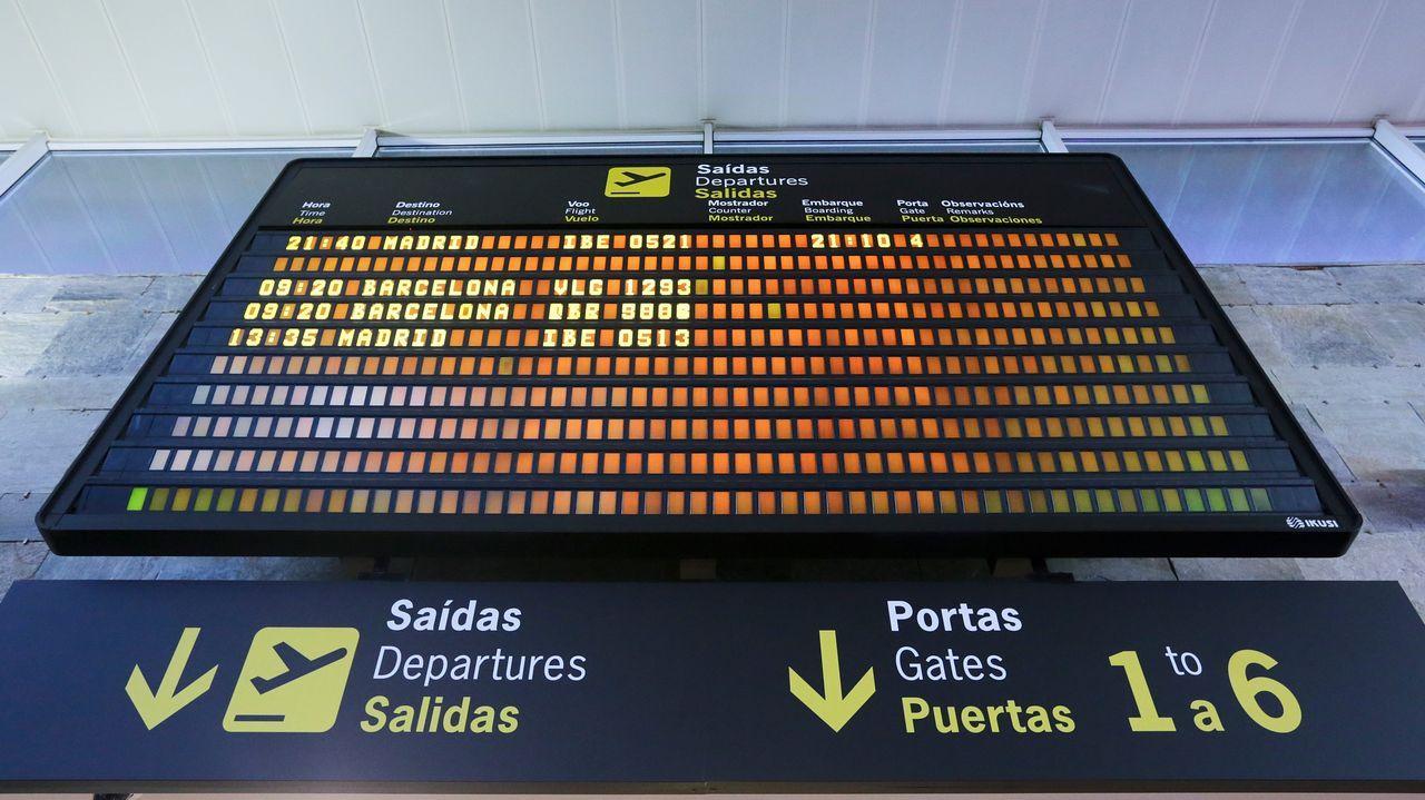 Retraso en Alvedro por la niebla.Panel de vuelos en el aeropuerto de Alvedro