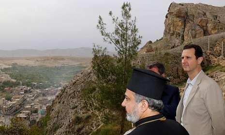 Bachar al Asad (derecha), en la recién liberada ciudad de Malula, al norte de Damasco.