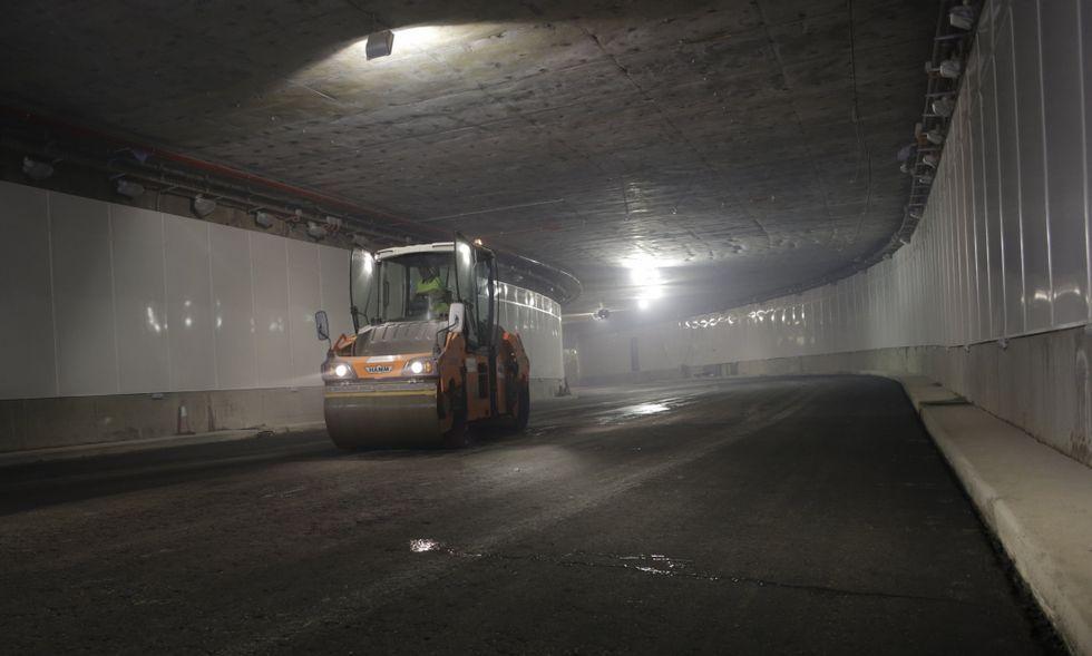 Máquinas trabajando el pasado martes en el asfaltado del firme del túnel de la Marina.