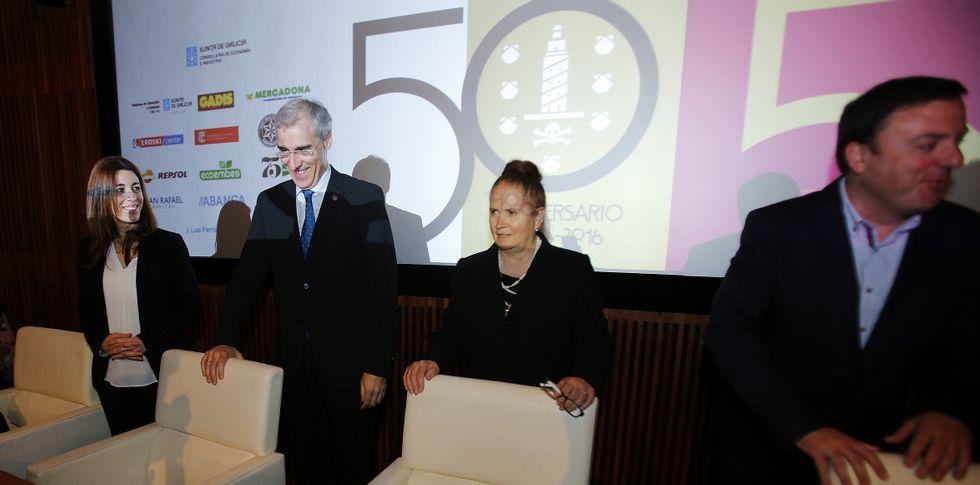 Rosa Otero presentó el libro de la historia de la asociación y agradeció los apoyos.