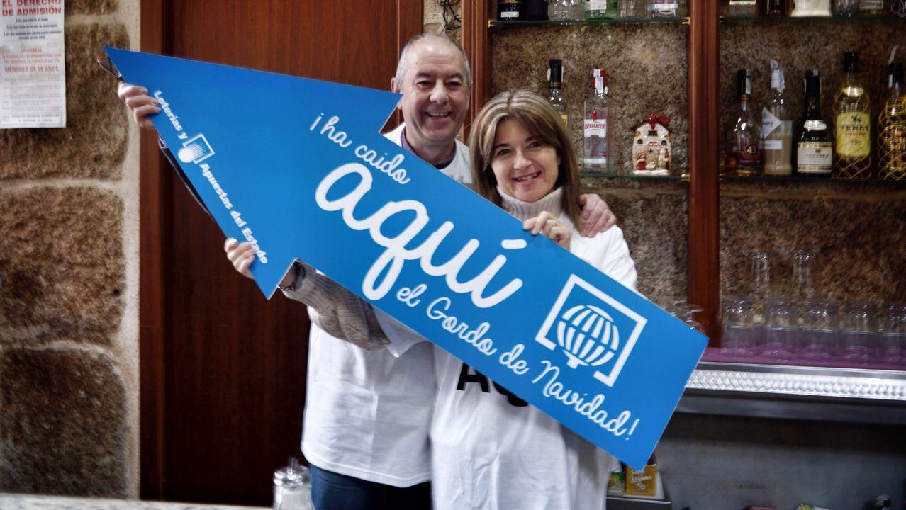 Piruetas artísticas por navidad.Manolo y Pilar, del Bar Cervantes de Ourense, donde tocó el Gordo