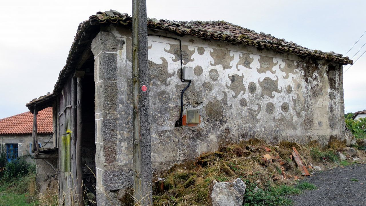 Otra construcción en Cicillón (Taboada) con esgrafiados mal conservados