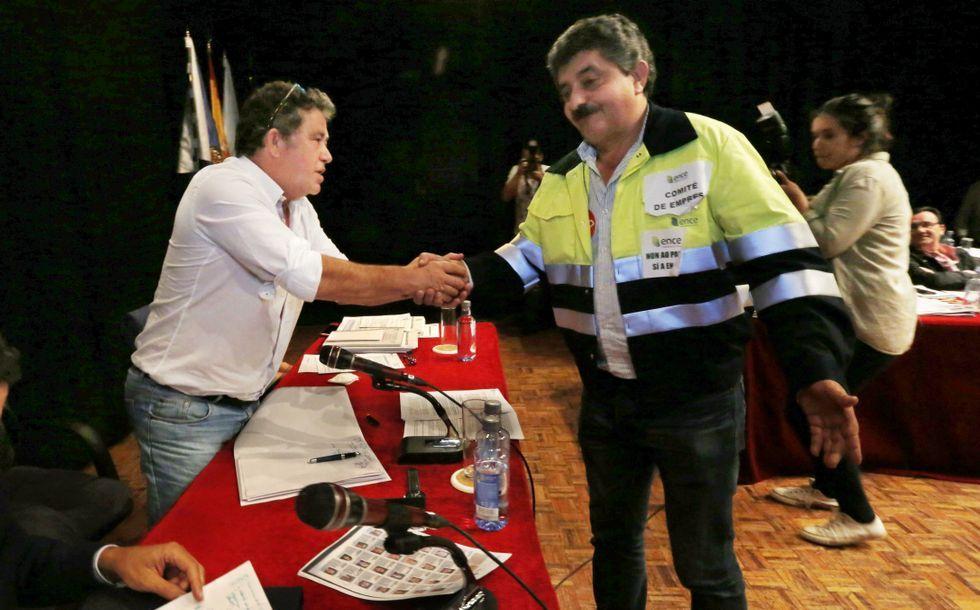 El presidente del comité de fábrica, Pedro Soto, saludó al alcalde antes de tomar la palabra en el pleno de la corporación.