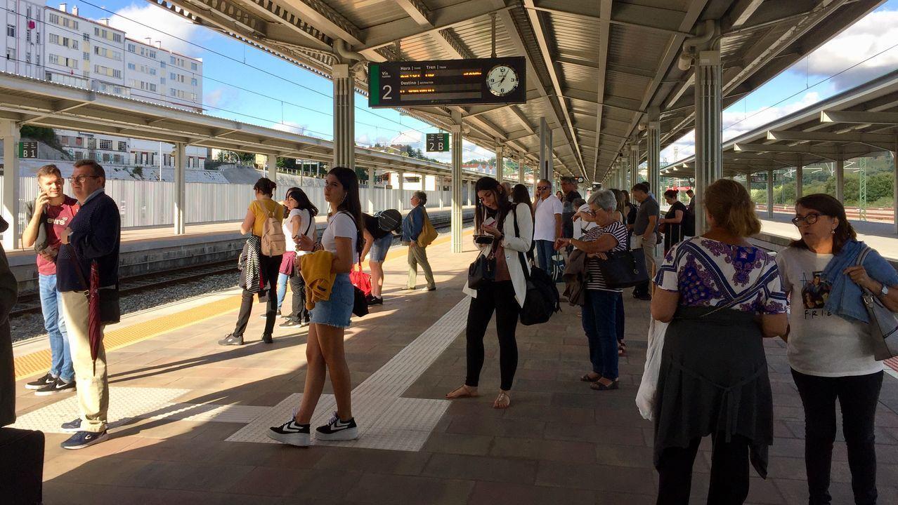 Fotos a remojo en la<span lang= gl >Festa da Auga de Vilagarcía</span>.Imagen de archivo de un tren-hotel de la línea A Coruña-Barcelona, en la estación de Lugo
