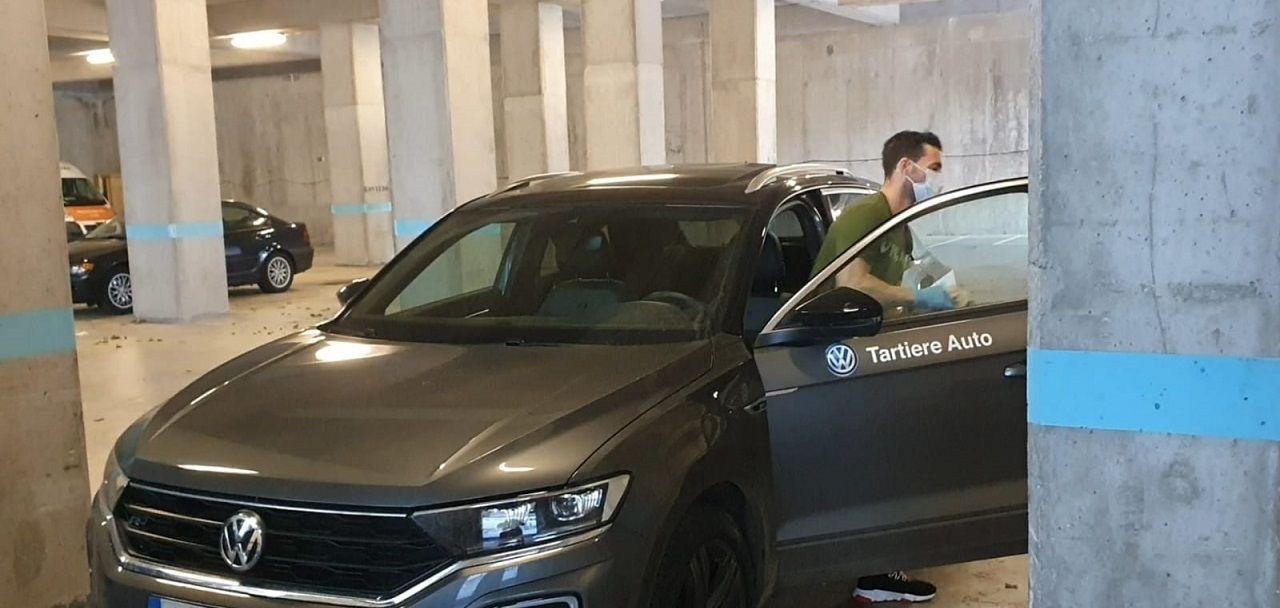Rodri Ríos sale de su coche en el parking del Carlos Tartiere
