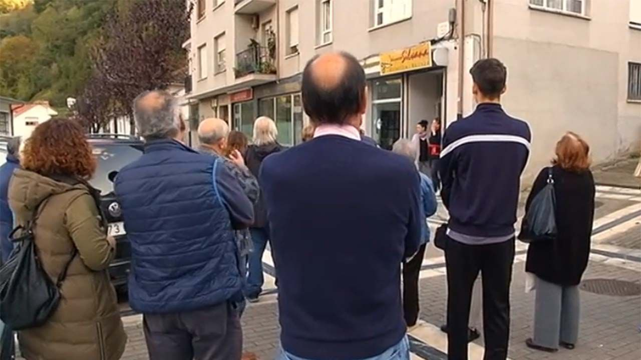 Vecinos frente al local comercial de la mujer del agredido, en muestra de apoyo