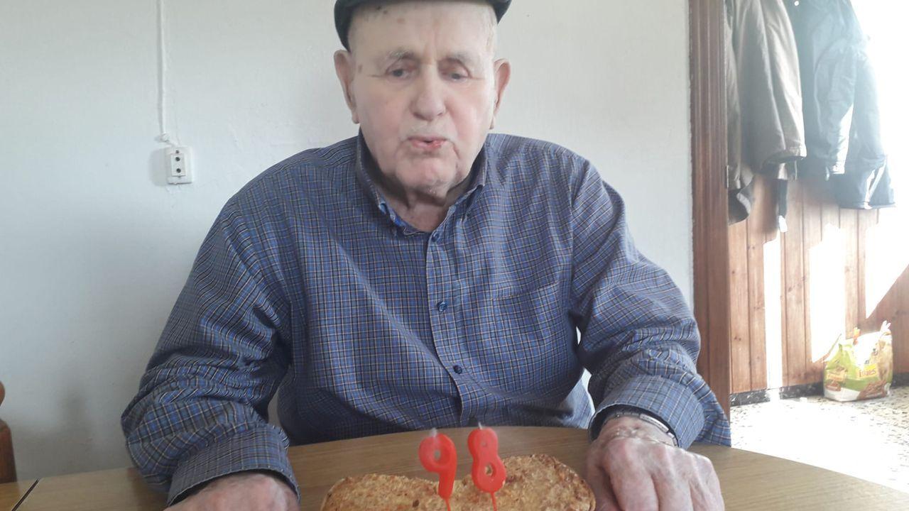 El vídeo de la monumental descarga de bocarte en Burela.José Cobelo, conocido como  O Roxo , celebrando en casa su 98 cumpleaños