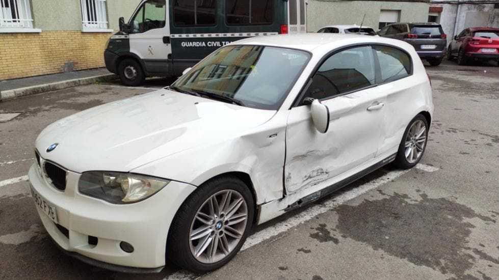 Estado en el que quedó el BMW serie 1 blanco cuyo conductor huyó inicialmente del accidente y que posteriormente se presentó voluntariamente en el cuartel de la Guardia Civil de Santiago