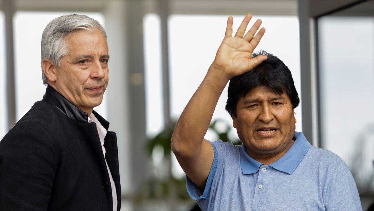 Evo Morales saluda a su llegada al aeropuerto de México,