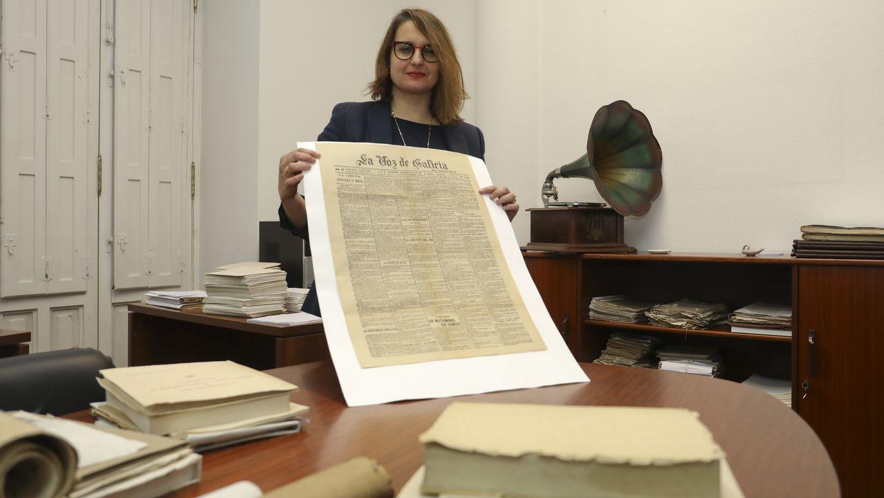 Désirée Domínguez co exemplar orixinal de La Voz que dá conta do matrimonio entre Elisa e Marcela que se conserva no Arquivo Histórico Universitario