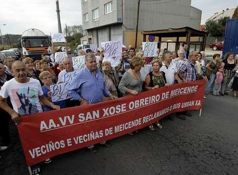 La parada del bus es una de las reclamaciones que movilizaron a los vecinos de Meicende.