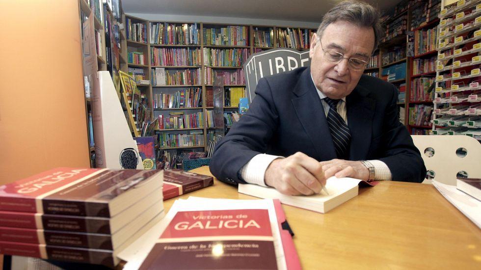 José Fernando Navas firma en una librería de Lugo ejemplares  de su obra «Victorias de Galicia», en una imagen de archivo