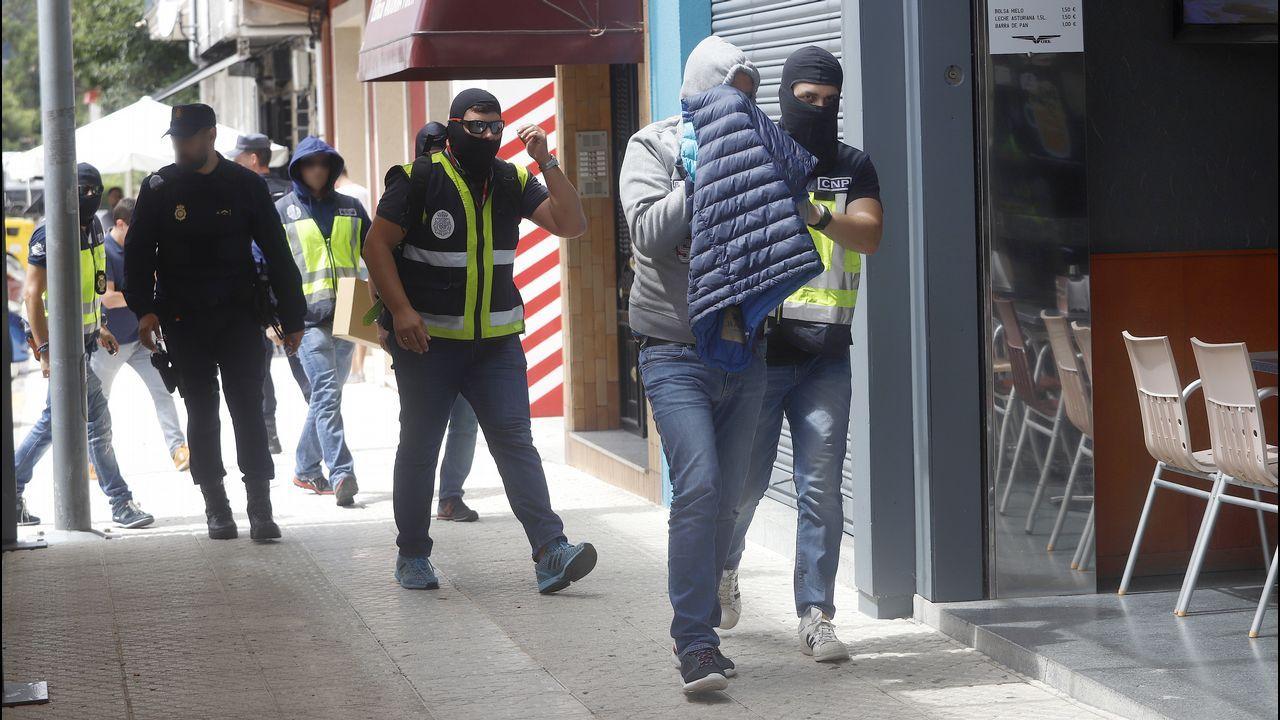 Charlín cae a sus 85 años cuando trataba de introducir 2,5 toneladas de cocaína en Galicia.Barco Sempre Cacharelos, propiedad de Serafín Pego, uno de los detenidos en la última operación contra el narcotráfico, amarrado en el muelle de A Laxe, junto al barco de aduanas