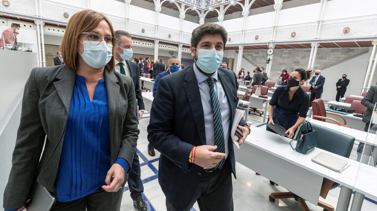 Acto conjunto de los nueve políticos presos del «procés», el único en el que participaron representantes de ERC y Junts, el 1 de febrero en Barcelona. A la izquierda, Forcadell (ERC) y Forn (JxCat); a la derecha, Bassa (ERC) y Turull (JxCat), y en el centro, Romeva (ERC), Sànchez (JxCat), Cuixart (Òmnium), Junqueras (ERC) y Rull (JxCat)