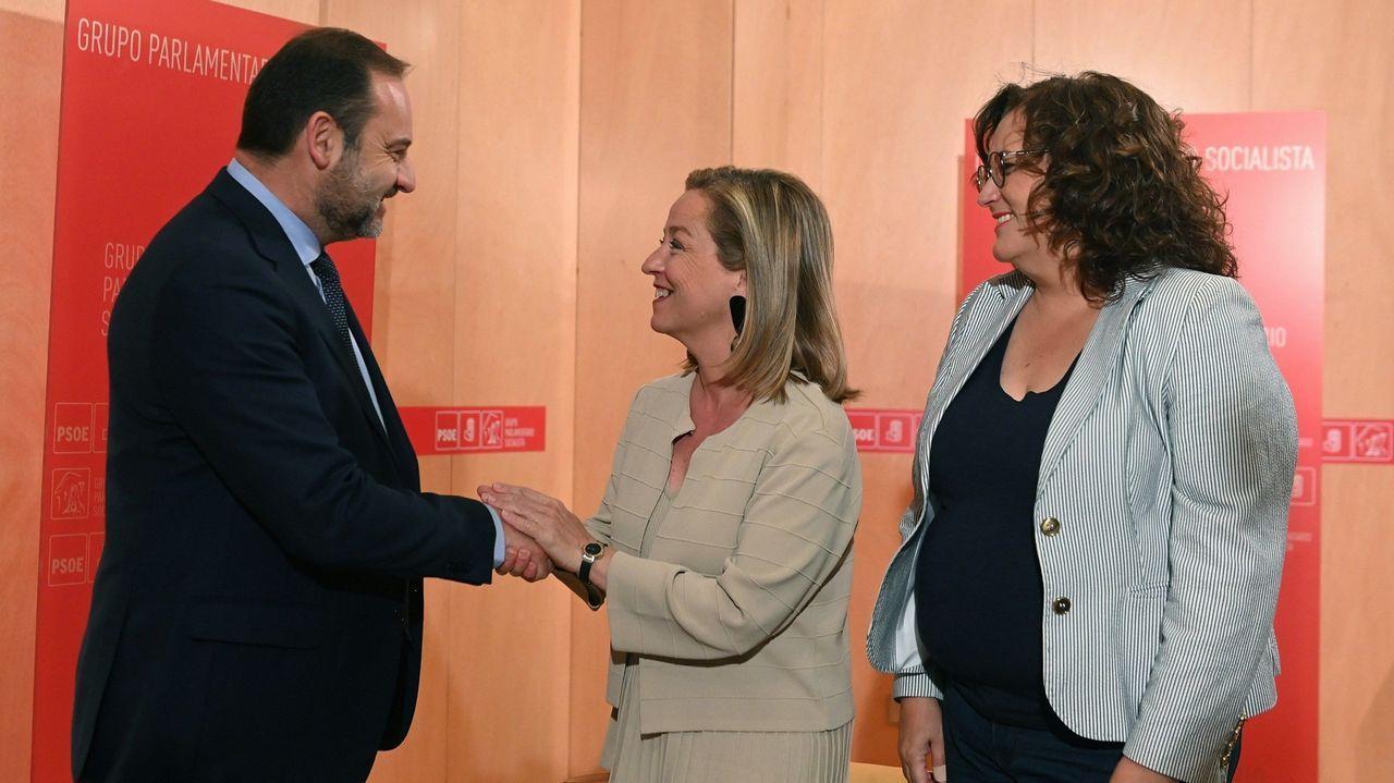 Rajoy apuesta por un Gobierno «estable» y defiende las bondades de un acuerdo entre PSOE y Ciudadanos. Ábalos y la diputada de Coalición Canaria, Ana Oramas, durante su encuentro la pasada semana en Madrid