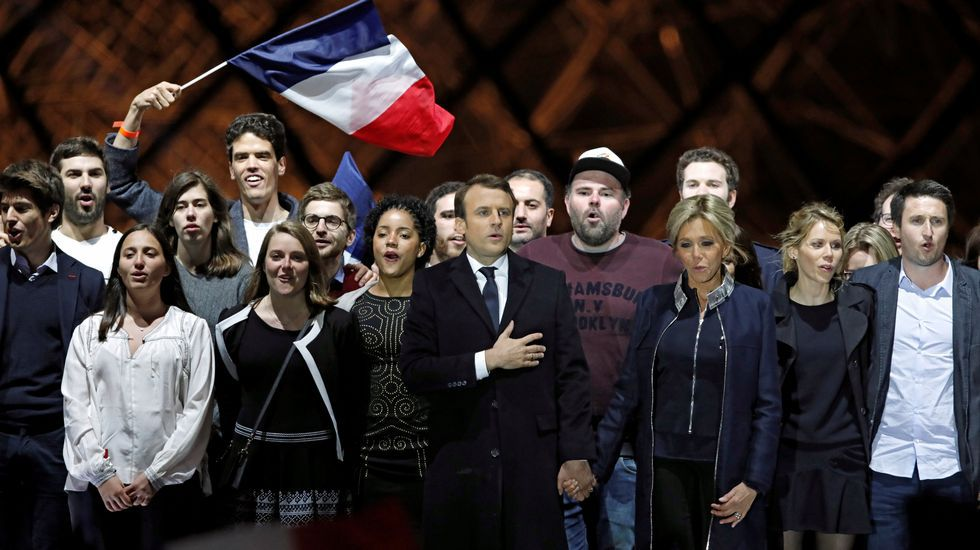Los dos himnos de la victoria de Macron.Philippe abraza a su predecesor Cazeneuve, en el traspaso de poderes en Matignon.