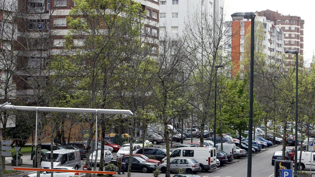 Traslado de los polizones desde el puerto de Vigo.Agentes de la Policía Local controlando el pasado verano la zona peatonal del Cantón
