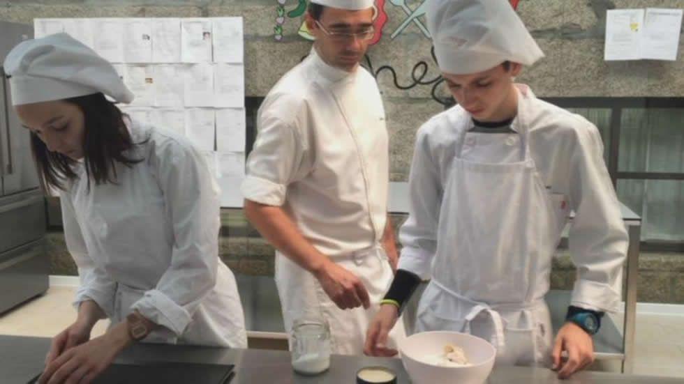Alumnos de Panxón gestionan su restaurante para pagarse un viaje.Exposición en la sede de A Coruña de la Fundación Barrié