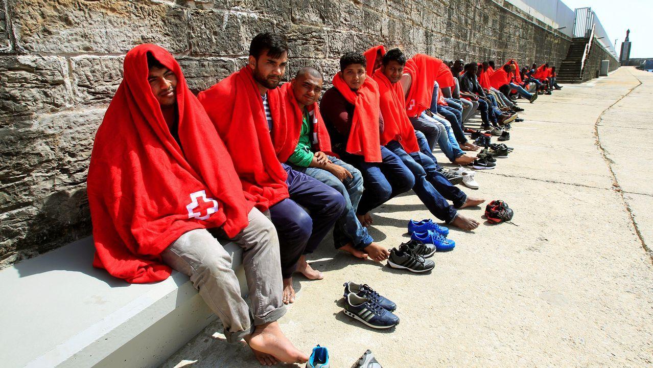 Open Arms denuncia que guardias libios hundieron un barco de refugiados con dos mujeres y un niño a bordo.Salvamento Marítimo rescató este miércoles a 89 personas que navegaban en tres pateras en aguas del estrecho de Gibraltar. Todos los inmigrantes, que se encuentran en buen estado, desembarcaron en el puerto de Algeciras