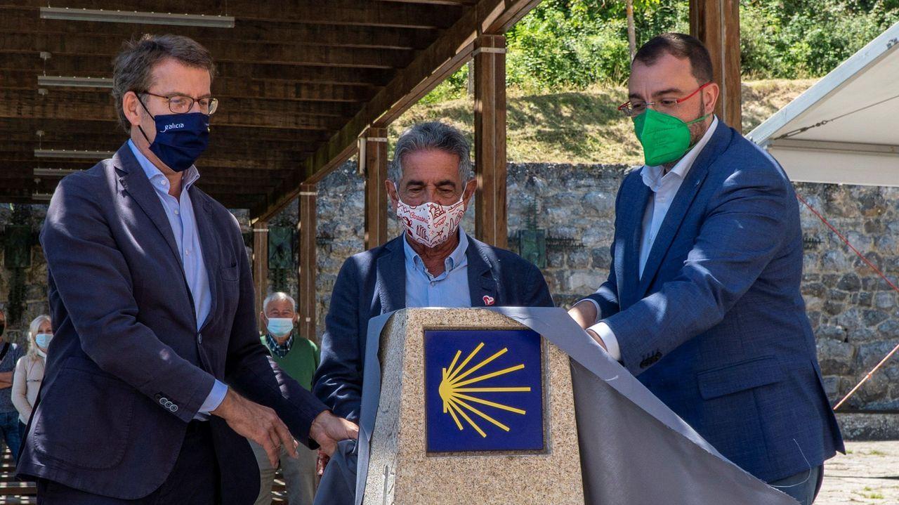 Barbón, Revilla y Feijóo descubren el hito del Camino de Santiago