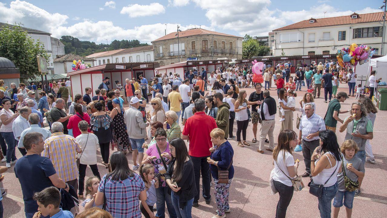 Panorámica de la praza do Concello de Sober, llena en la mañana del lunes durante la Feira da Rosca
