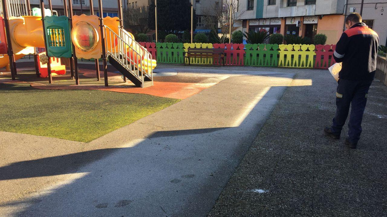 Un efectivo de Protección Civil echa sal en zonas del casco urbano de Ribeira