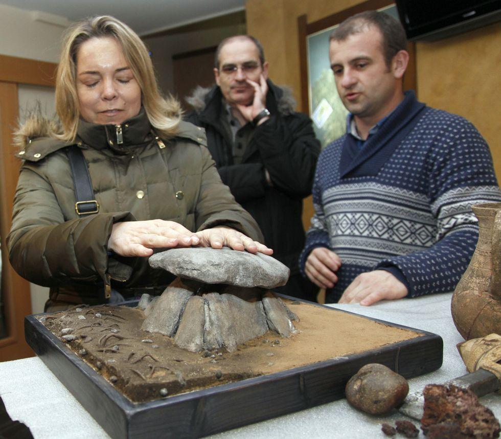 Ana, unha das integrantes da comitiva, puido facerse unha idea de como é o dolmen de Axeitos tocando unha maqueta<span lang= es-es >. </span>