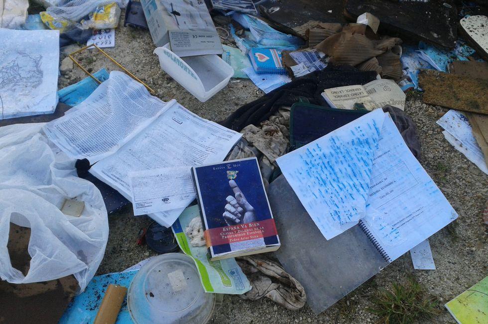 Hay documentos privados tirados en el suelo.