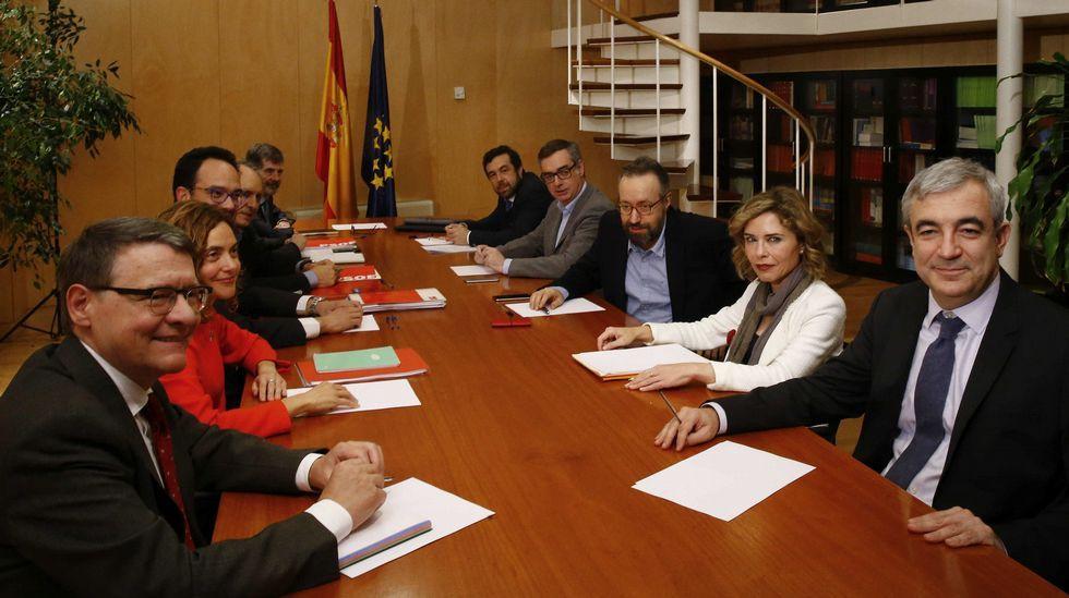 PSOE y Ciudadanos se sientan a la mesa a negociar.Los alumnos Enrique Abelenda, Rosa Crespo, Rubén Pontevedra y Andrea Cuerdo y la docente María Penado, el jueves en la UNED.