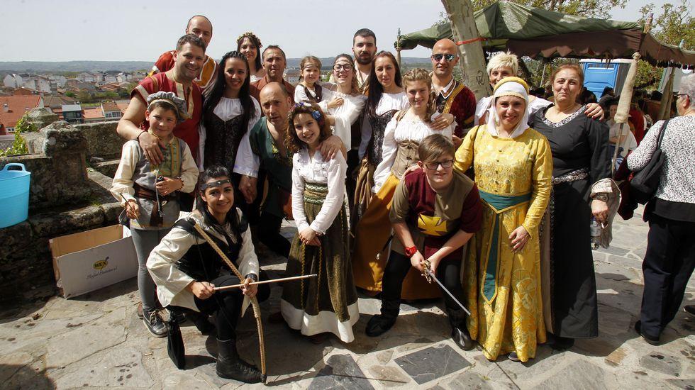 Mucha gente visitó la Feira Medieval vestida con trajes de época