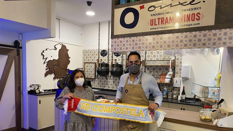 Vista Alegre, imagen a imagen.Ultramarinos Orixe, en Casas Reais, entregó a su clienta Dolores López Suárez la bufanda del Compos que ganó.