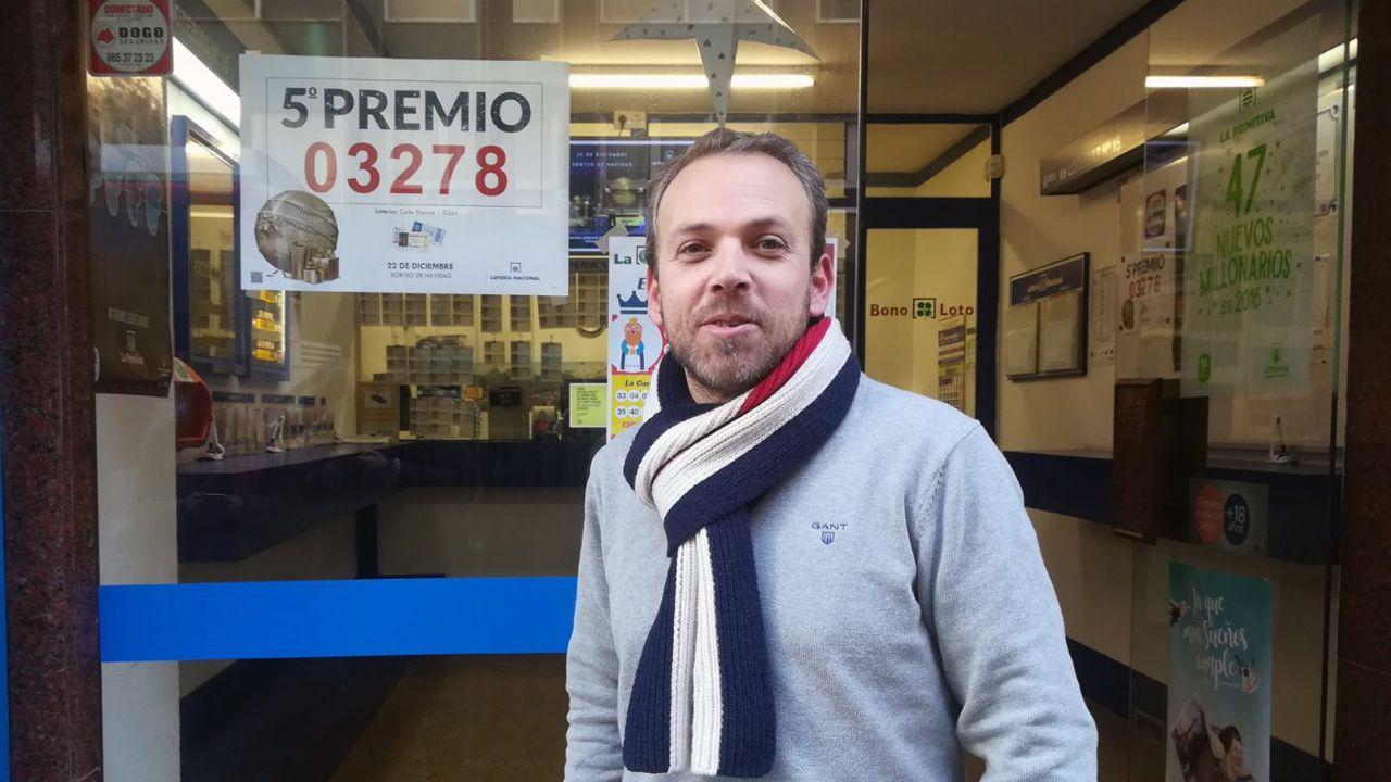 Borja Álvarez-León, lotero de la calle Manso, en Gijón, que vendió parte del quinto premio del sorteo de la Lotería de Navidad.Borja Álvarez-León, lotero de la calle Manso, en Gijón, que vendió parte del quinto premio del sorteo de la Lotería de Navidad
