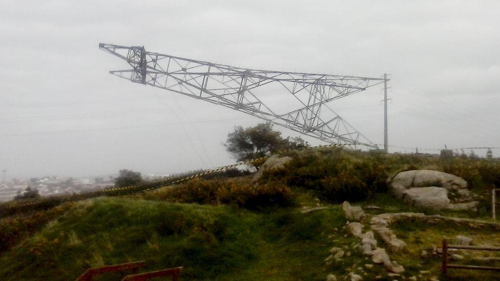 Así cayó la torreta de Elviña.Uno de los tractores en acción, fotografiado por los propios denunciantes