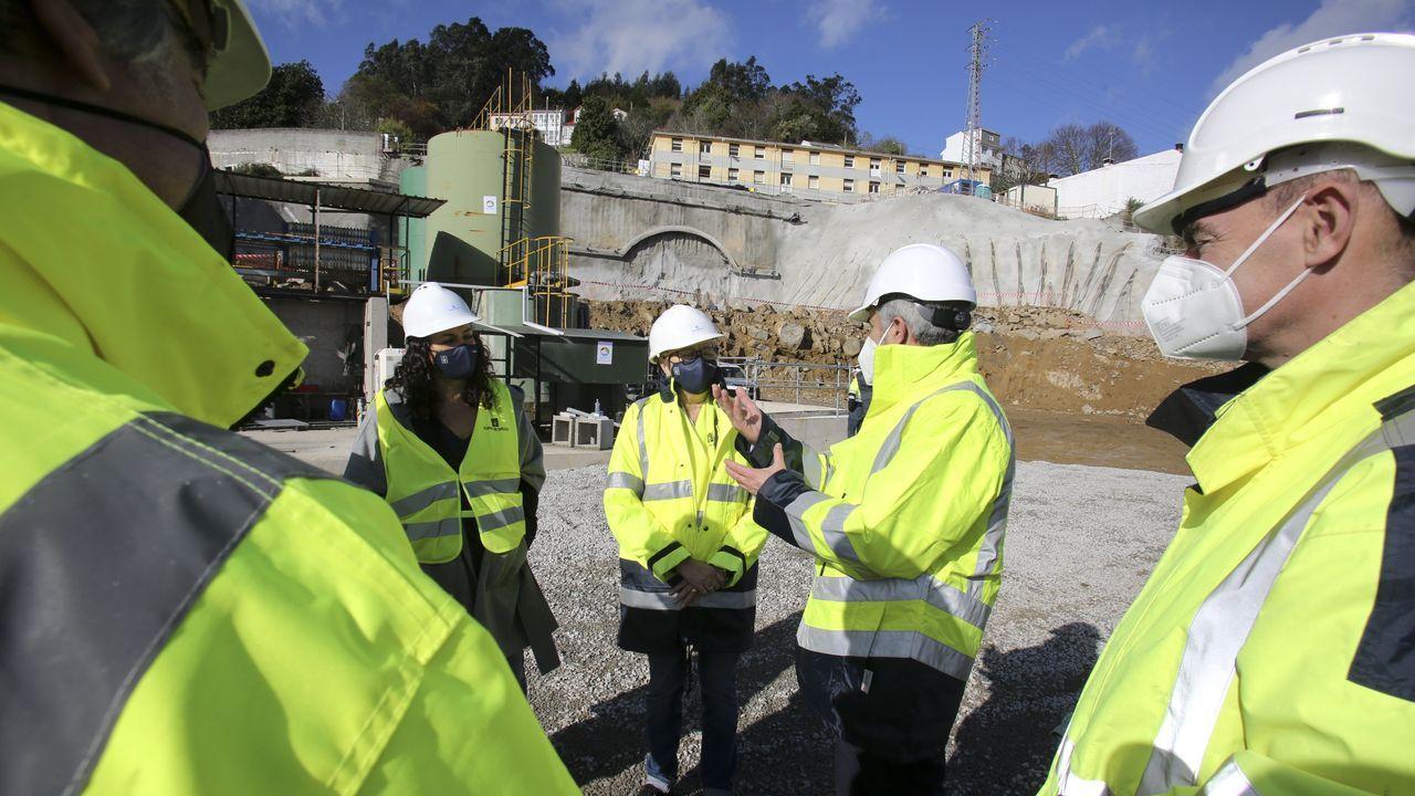 muelle.La conselleira do Mar y la titular de Portos visitaron las obras junto al presidente del Puerto