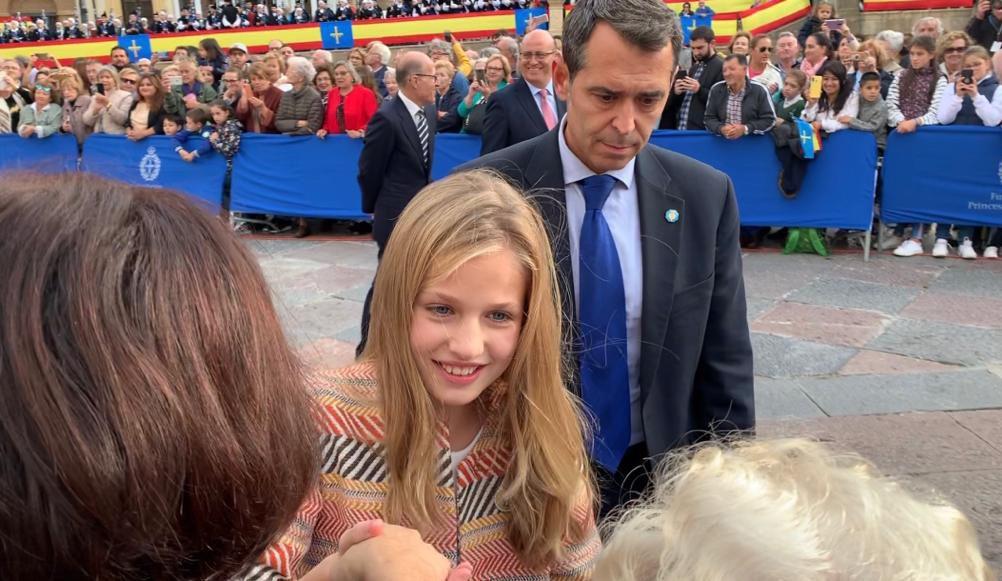Doña Letizia y Leonor saludan a los asistentes.Leonor, Sofia y los reyes saludan a presidentes de los jurados