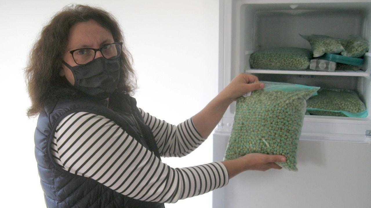Susana Trastoy, con guisantes que se guardan en la sede de Almoga para una degustación que se celebrará en Xermade