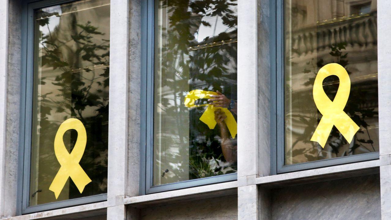 Trabajadores del Departamento de Agricultura Ganadería, Pesca y Alimentación de la Generalitat retiran lazos de las ventanas del edificio