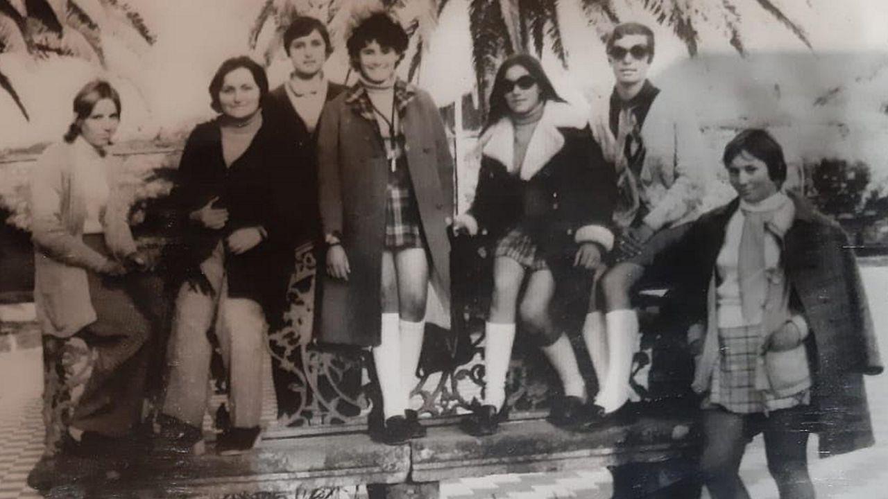 Una jovencísima Marisa Salgado (de pie, en el centro de la foto), junto a algunas de sus compañeras de trabajo en la fábrica de cajas de madera en la Alameda de Noia
