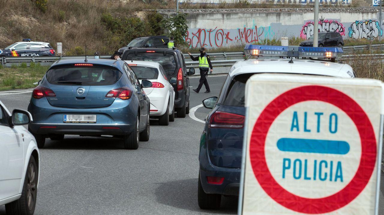 Varios agentes de la Policía Nacional trabajan en un control de tráfico en Miranda de Ebro, Burgos, Castilla y León (España)