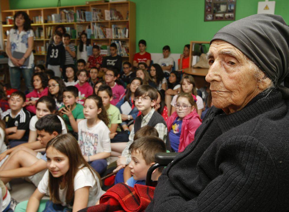 Asunción Antelo con los alumnos del colegio Xosé Pichel.